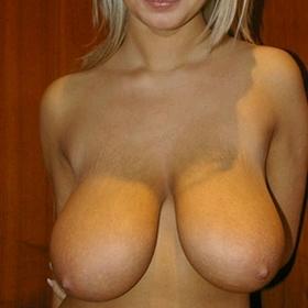 Jolie blonde de 24 ans voudrait vivre son premier plan cul à trois